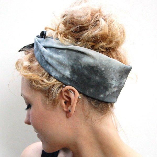 How to Tie a Headscarf foto
